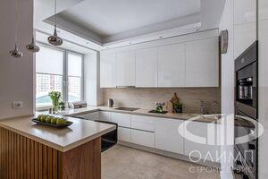 Кухня трехкомнатной квартиры в современном стиле