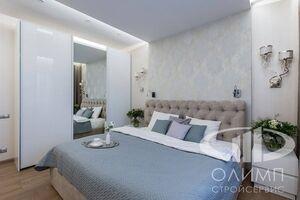 Спальня трехкомнатной квартиры в современном стиле