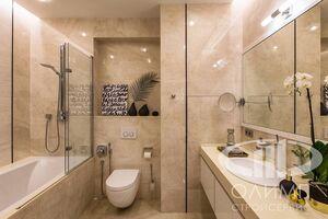 Ванная комната трехкомнатной квартиры в современном стиле